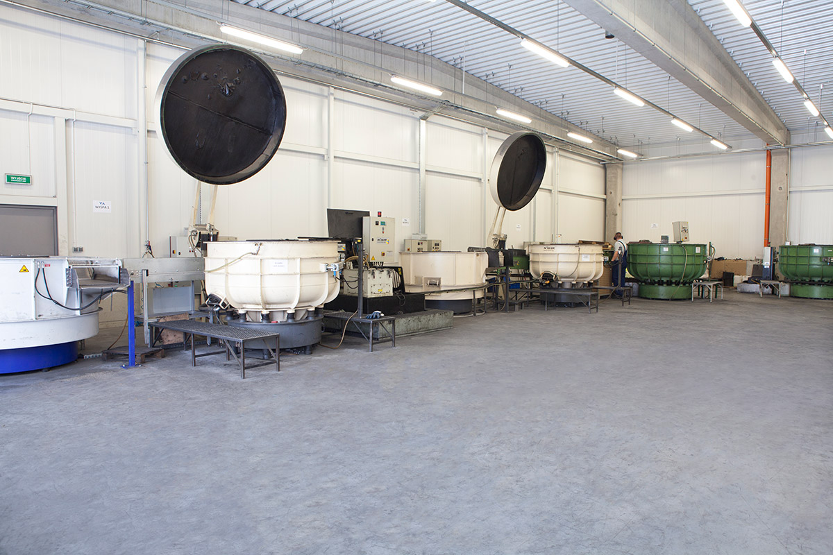 wibratory kołowe w zakładzie obróbki wibrościernej