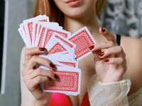 kobieta z kartami